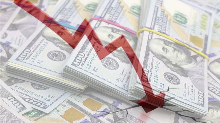Dólar baja de precio
